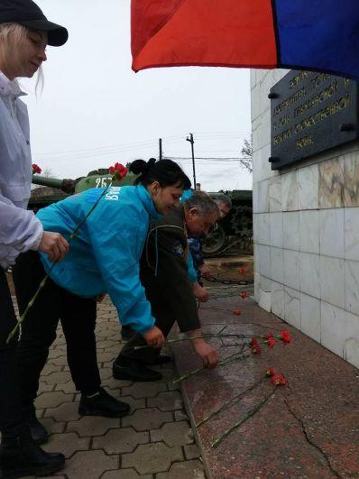 Возложение цветов у памятника.