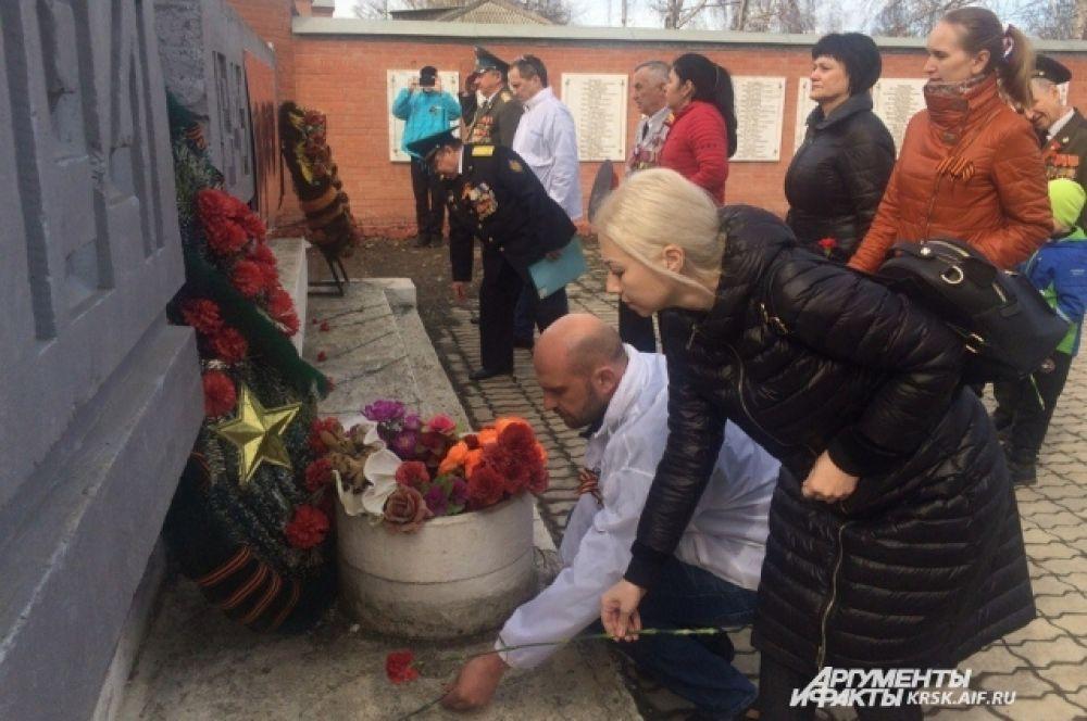 Возложение цветов к памтнику воинам, погибшим в годы Великой Отечественной войны, в пос. Богучаны.