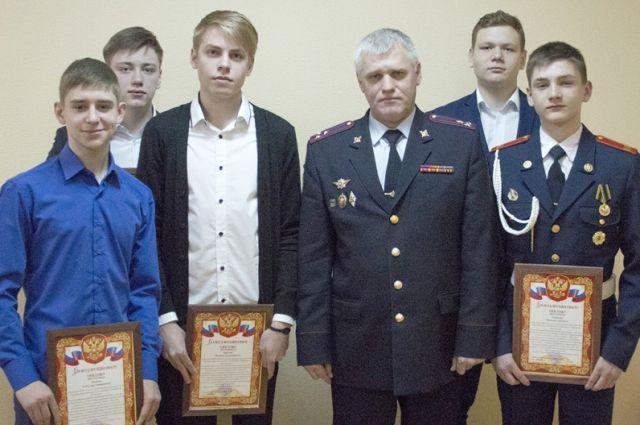 В Кемерове наградили подростков, которые помогли задержать грабителя.