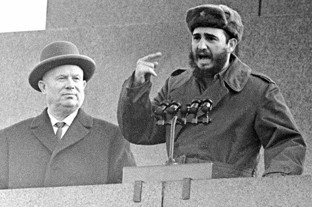 Первый секретарь ЦК КПСС Никита Хрущев и премьер-министр правительства Республики Куба Фидель Кастро на трибуне Мавзолея на митинге, посвященном прибытию Кастро в СССР. 28 апреля 1963 г.