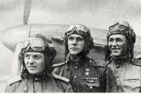 Василий Харитонов - на фото в центре.