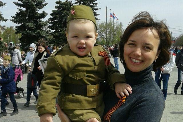 Малыши в военной форме вызывают во время парада массу эмоций.