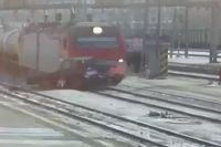 Поезд протащил трактор ещё несколько метров после столкновения.