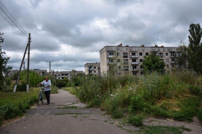 Город Цукроваров - еще один город-призрак в Кировоградской области. Когда-то в городе проживало 5 тысяч человек, все они были сотрудниками крупнейшего в Украине сахарного завода. Однако, в 1990-ые завод оказался в долгах, позднее его просто порезали на металл. С тех пор люди покидают Цукроваров, сейчас там проживает около 100 человек, квартиры отапливаются дровами, в городе есть только электричество. Кстати, Цукроваров трудно найти даже на картах Кировоградской области.