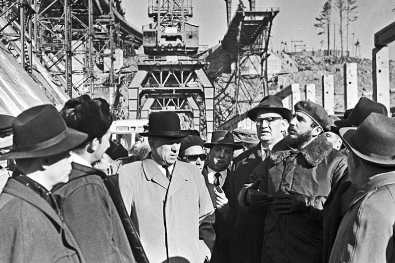 Фидель Кастро (справа) осматривает Братскую ГЭС.