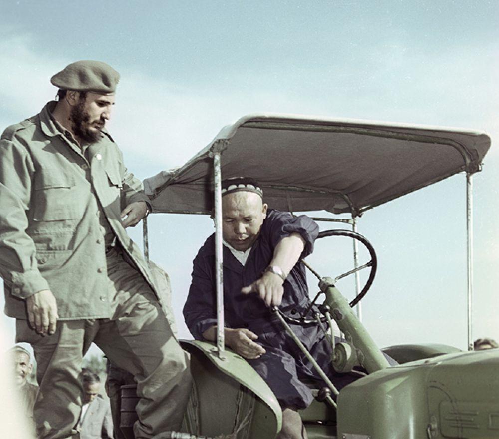 Фидель Кастро посетил Узбекскую ССР. В колхозе «Кзыл Узбекистон» («Красный Узбекистан»).