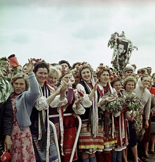 Жители Киева приветствуют Фиделя Кастро.