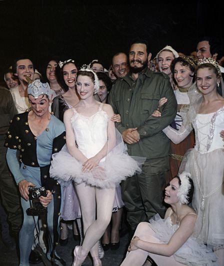 Фидель Кастро побывал в Большом театре на балете «Лебединое озеро». После спектакля он познакомился с артистами балета и примой театра, балериной Майей Плисецкой (в центре).
