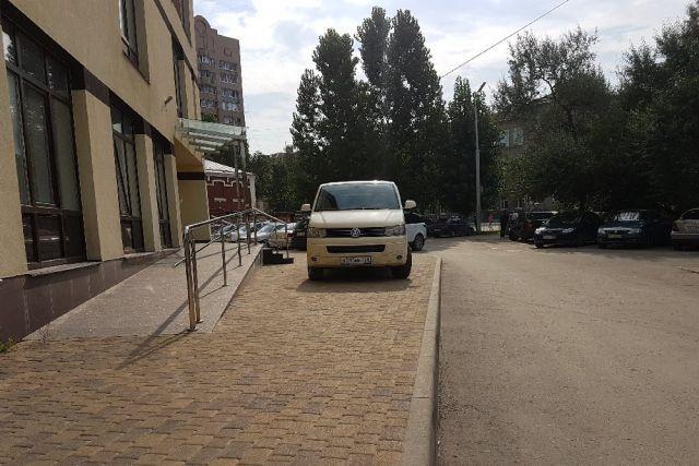 Так временами выглядит парковка у Контрольно-счетной палаты Рязанской области.
