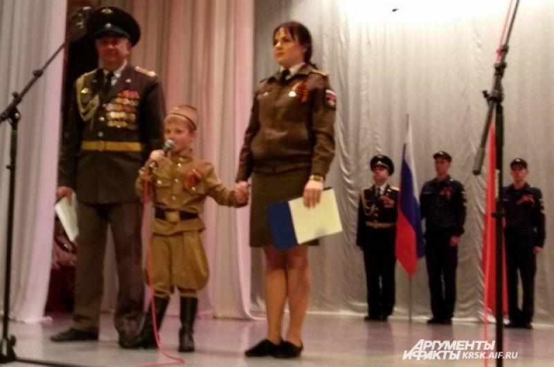 На сцене - самый маленький участник автопробега - 4-летний Матвей Божков.