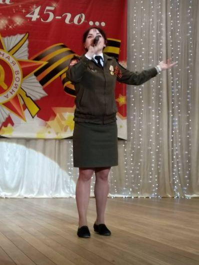 Участница автопробега, курсант Военно-инженерного института СФУ Катерина Чеканинская, которая замечательно исполняет песни военных лет.