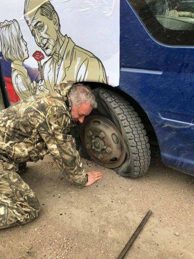 По дороге у автобуса пробило колесо. Но команда быстро справилось поломкой и отправилась дальше по маршруту автопробега.