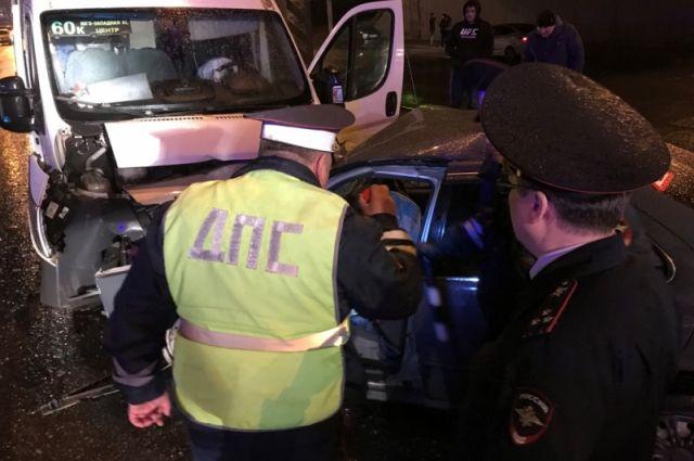 ВЧебоксарах вДТП смаршруткой пострадали 13 человек