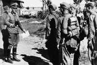 Командир бригады Ваффен-СС и командир дивизии беседует с галицкими добровольцами. 23.07.1944.