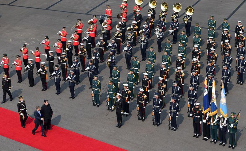 После этого сопровождаемые почетным караулом главы государств прошли в Дом мира, расположенный на юге демилитаризованной зоны, где состоялся саммит.