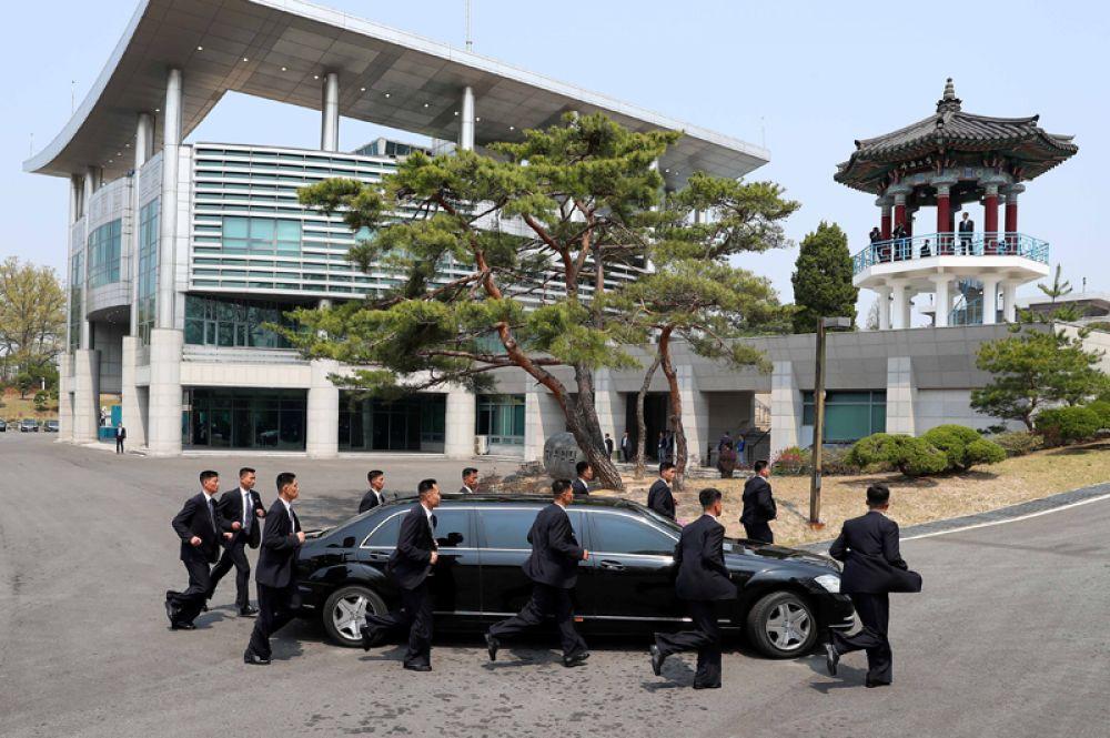 Лидер КНДР Ким Чен Ын едет на встречу с южнокорейским коллегой в Пханмунджом.