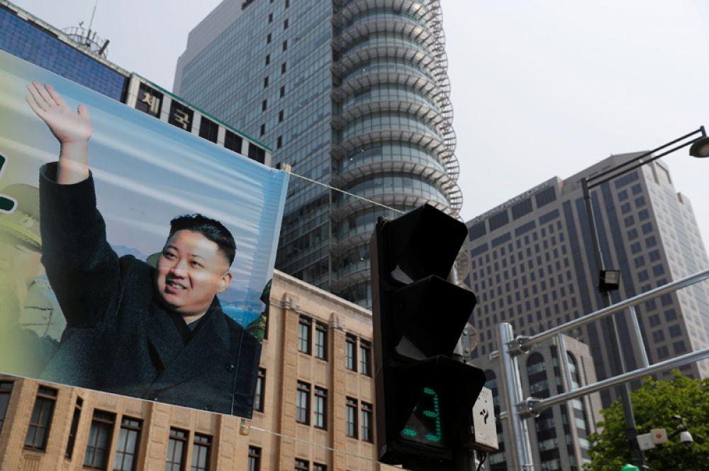 Баннер в поддержку проходящего саммита в Сеуле.