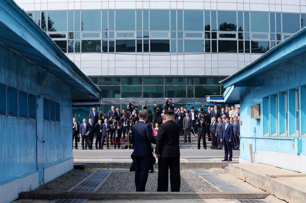 Также по приглашению северокорейского лидера Мун Чжэ Ин перешагнул границу и перешел на территорию КНДР. Там лидеров сфотографировали.