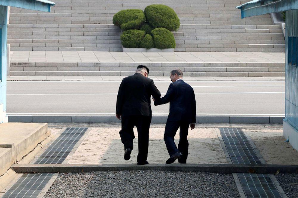 Рукопожатие длилось примерно 30 секунд. Затем Ким Чен Ын перешел границу, тем самым став первым в истории лидером КНДР, посетившим Южную Корею.
