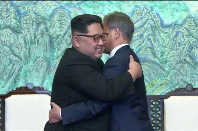 Картинки по запросу Встреча Ким Чен Ына и Мун Чжэ Ина обнялись