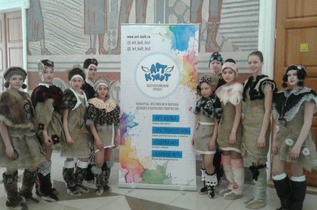 Театр мод «Грация» представил коллекцию из меха и мешковины на Всероссийском фестивале.