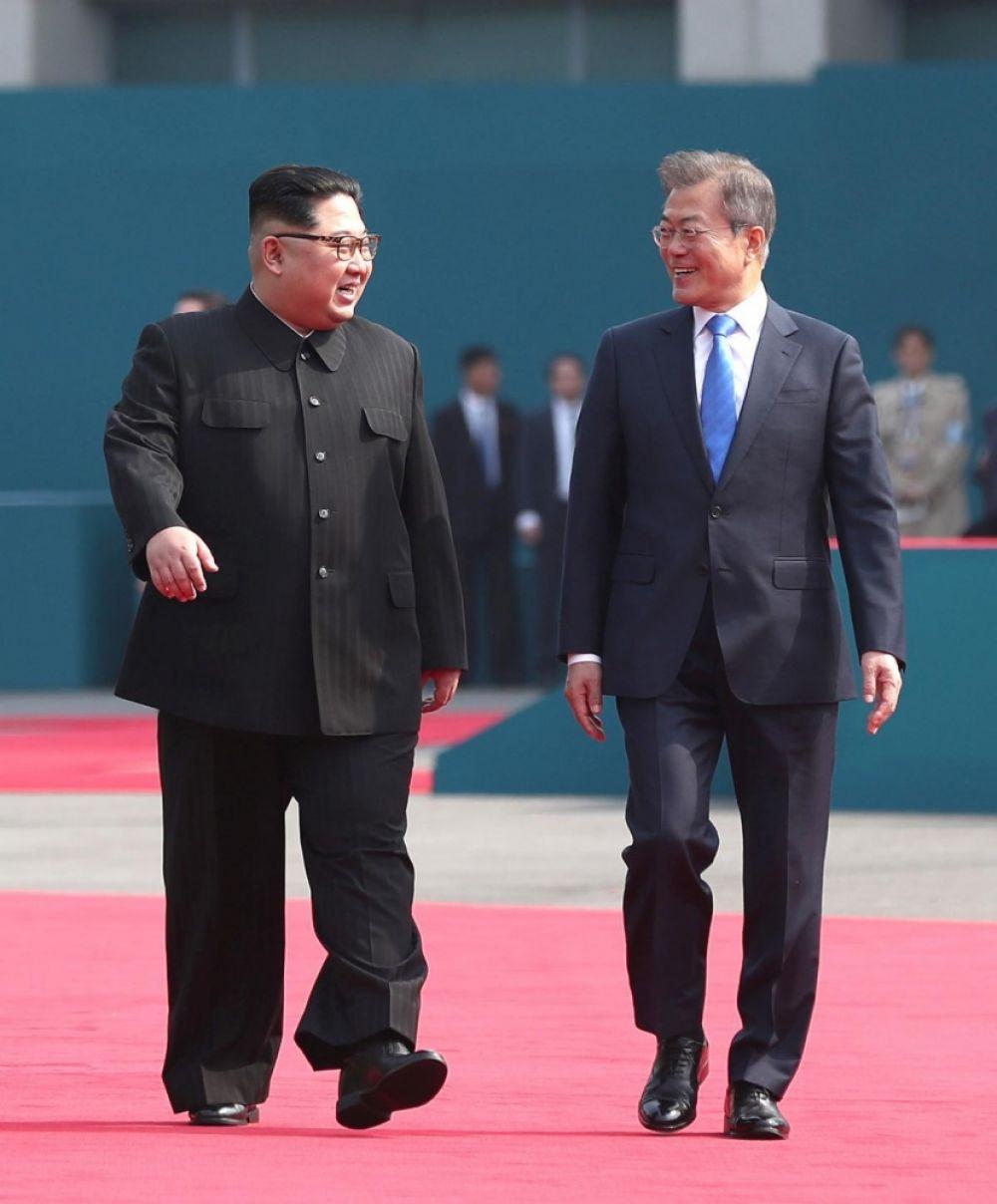 Встреча двух лидеров - Ким Чен Ына (КНДР) и Мун Чжэ Ина прошла 27 апреля 2018 года на демилитаризированной зоне, возле пограничного пункта Пханмунджом.