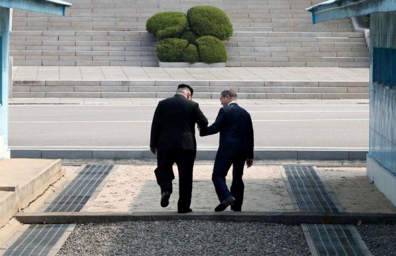Лидер КНДР действительно перешел бетонную полосу и оказался первым лидером Северной Кореи, оказавшимся на территории Южной Кореи. После этого лидеры государств отправились на переговоры в Дом мира.