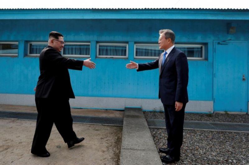 Ким Чен Ын и Мун Чже Ин идут навстречу друг другу по разделительной полосе со стороны северной и южной границы. Бетонная полоса посредине более полувека отделяла два государства. В этот день было принято решение, что Ким Чен Ын ее перейдет.