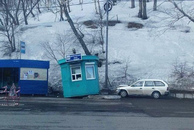 Водитель Toyota Corolla врезался в диспетчерский пункт.