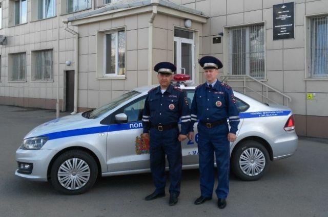 Сотрудники ГИБДД Александр Черкашин и Сергей Балуйков.
