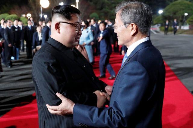 Ким Чен Ын (слева) и Мун Чжэ Ин
