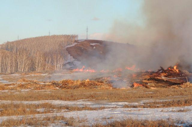 Отходы лесопиления по-прежнему горят в Канске.