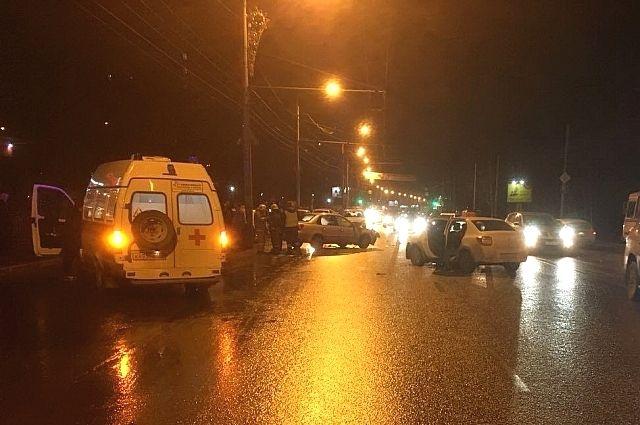 На месте аварии работали сотрудники ГИБДД, Скорая и МЧС.