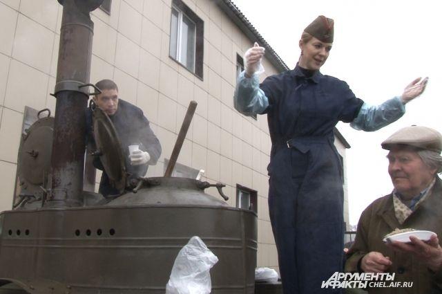 Всех пришедших угощали солдатской кашей.