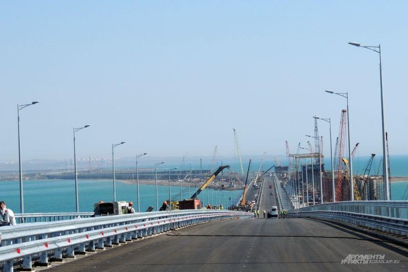 Вид на остров Тузла из района судоходных арок.
