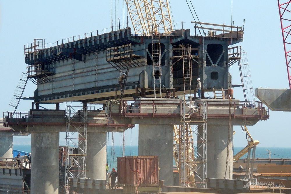 Установка одного из пролётов железнодорожного моста.