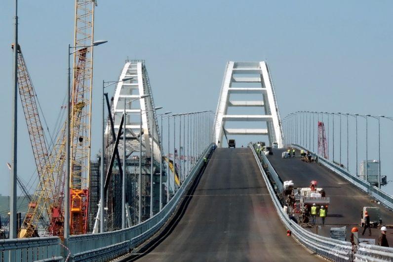 Судоходные арки Крымского моста.