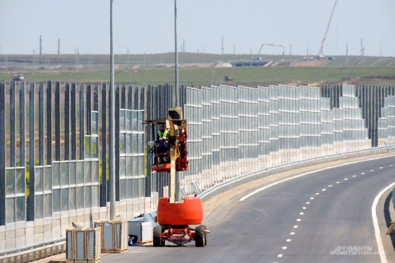 Шумозащитный экран вдоль автодорожного подхода к Крымскому мосту.