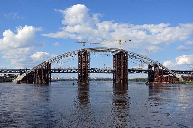 Строительство арки мостового перехода.
