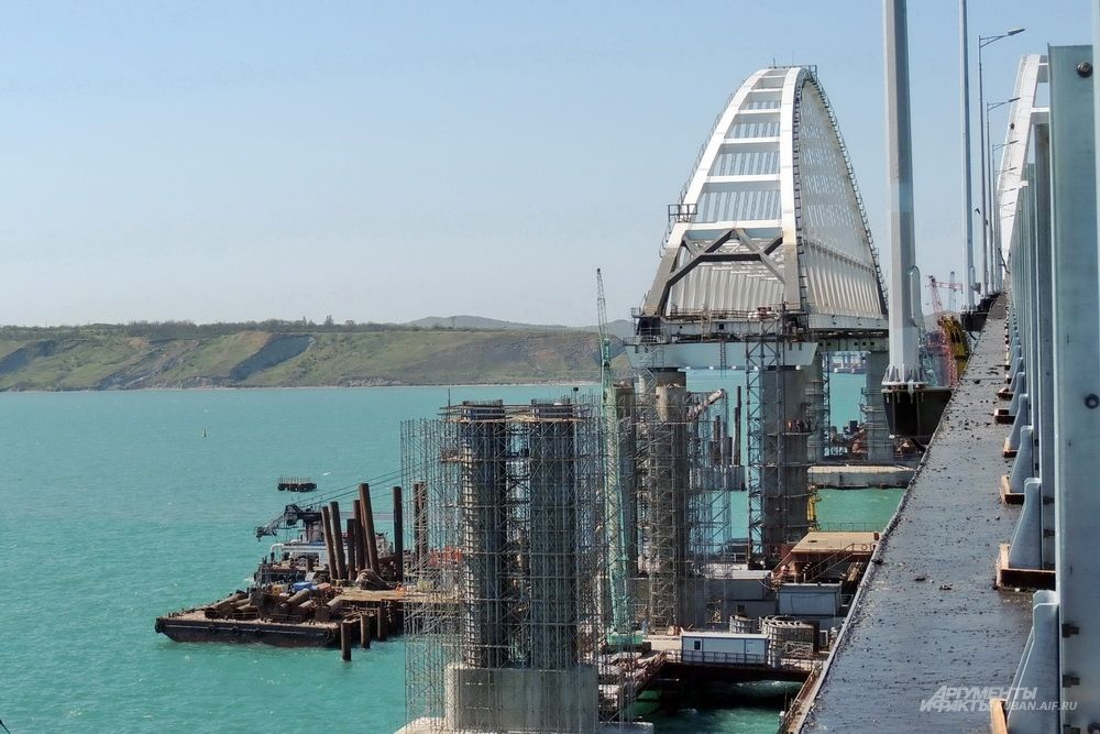 Вид на железнодорожную арку с автомобильного моста.