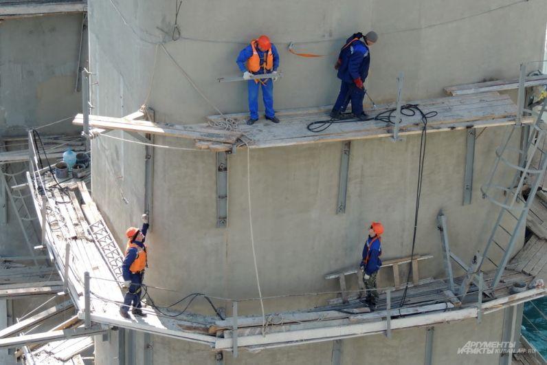 Строители на опоре железнодорожного моста.