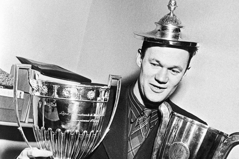 Четырехкратный чемпион СССР по футболу, семикратный чемпион СССР по хоккею, чемпион Олимпийских игр, заслуженный тренер СССР Всеволод Бобров.