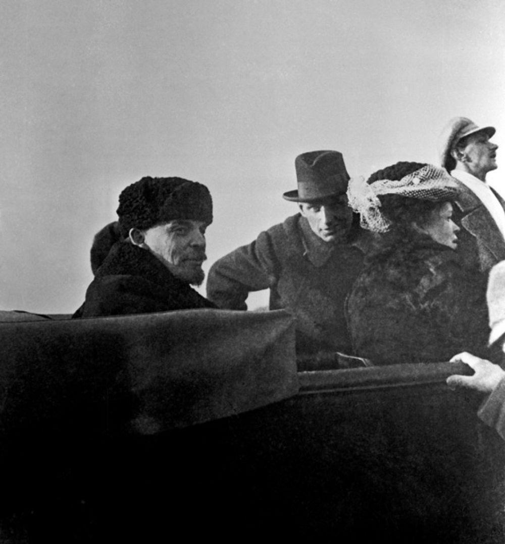 Владимир Ленин и Мария Ульянова в автомашине после парада частей Красной Армии на Ходынском поле.