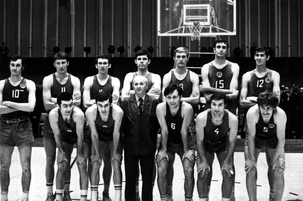 Заслуженный тренер СССР по баскетболу Александр Гомельский.