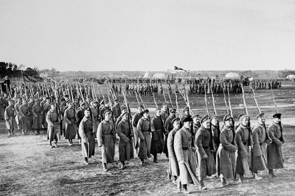 Парад частей Красной Армии на Ходынском поле в день празднования 1 мая 1918 года.