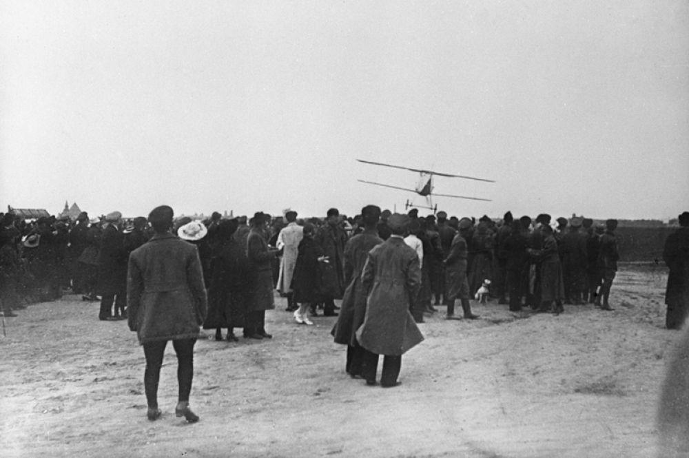 Авиационный парад войск Московского гарнизона на Ходынском поле в Москве.