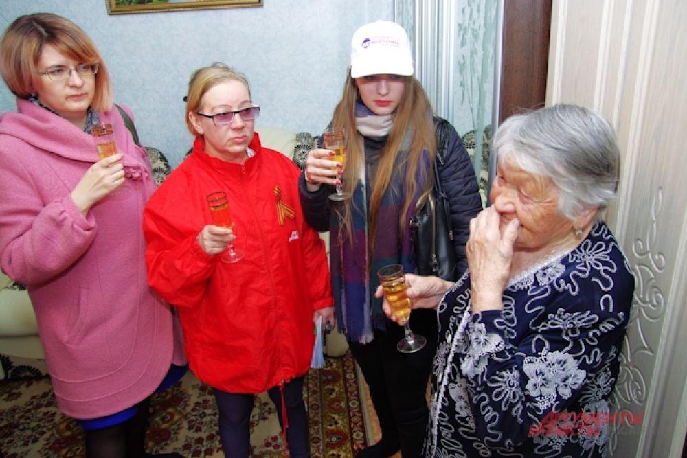 Ветераны в знак благодарности угостили нашу команду вкусным шампанским. И все выпили по глотку за Победу.