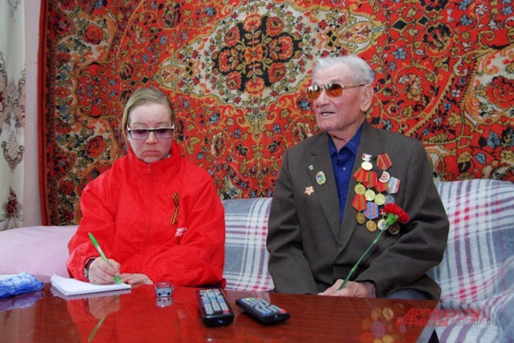 У труженика тыла Владимира Ефимовича Сизикова. Владимир Ефимович рассказывает, что в Киеве боролся против бандеровцев. Очень переживает что молодежь в наши дни спивается.