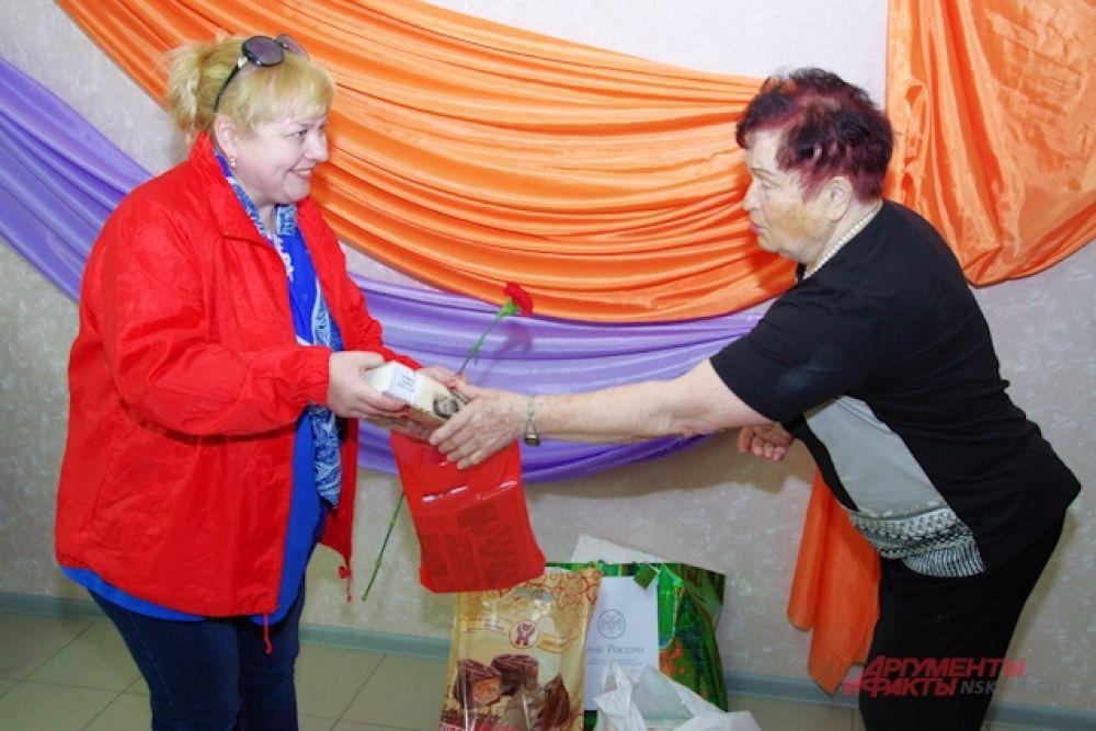 Участники автопробега подарили подарки и взяли интервью у Червяковой Нины Николаевны.