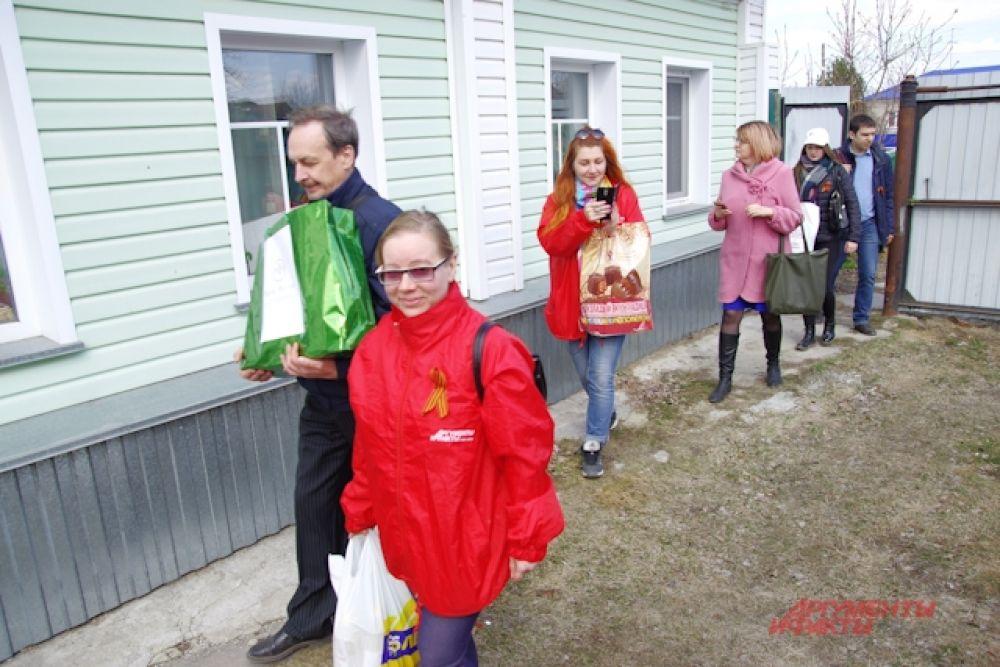 Гости идут к следующему хозяину дома со звездой на воротах.